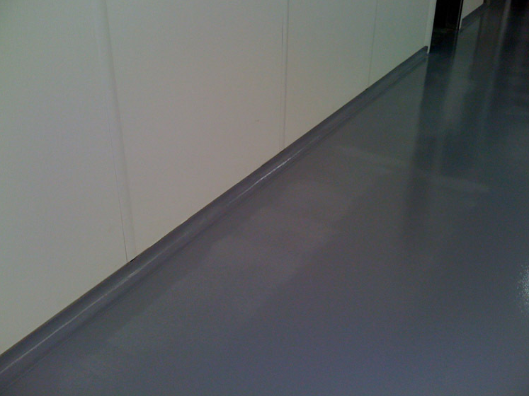 Epoxy floor with rounded plinth