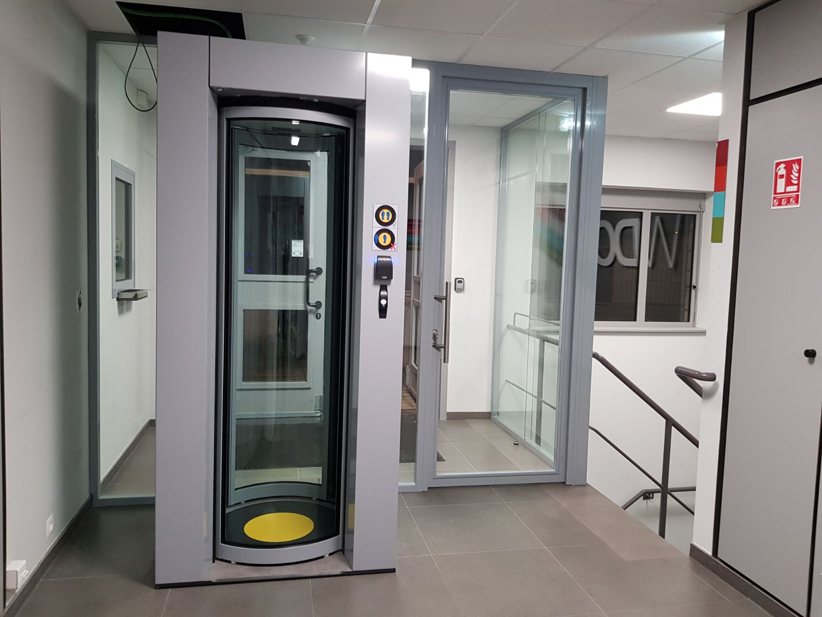 Rotating security sas between heavy laminated glass