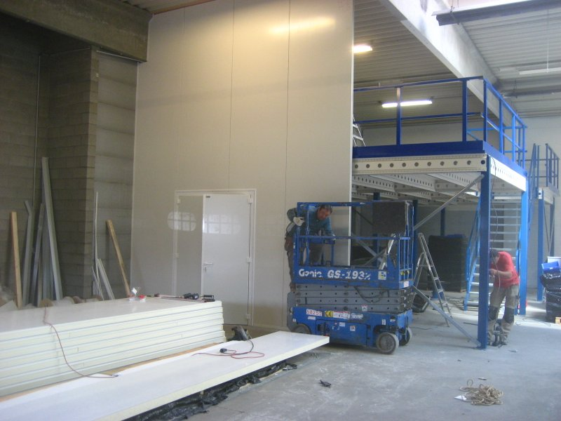 Platform with cladding by sandwich panels
