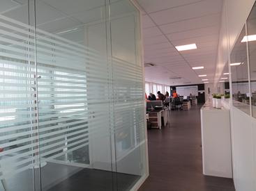 cloisons vitr es pour bureaux installateur en belgique. Black Bedroom Furniture Sets. Home Design Ideas