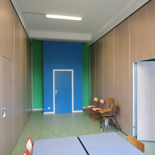 Acoustic sliding partition with single door
